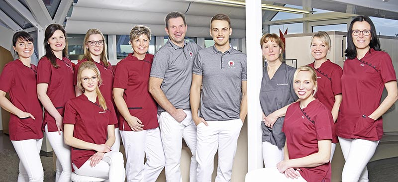 Gruppenfoto des Teams der Praxis Dr. Jens Stoltz